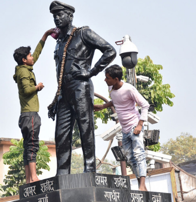 Dhanbad Municipal Corporation conducts statue cleanliness drive